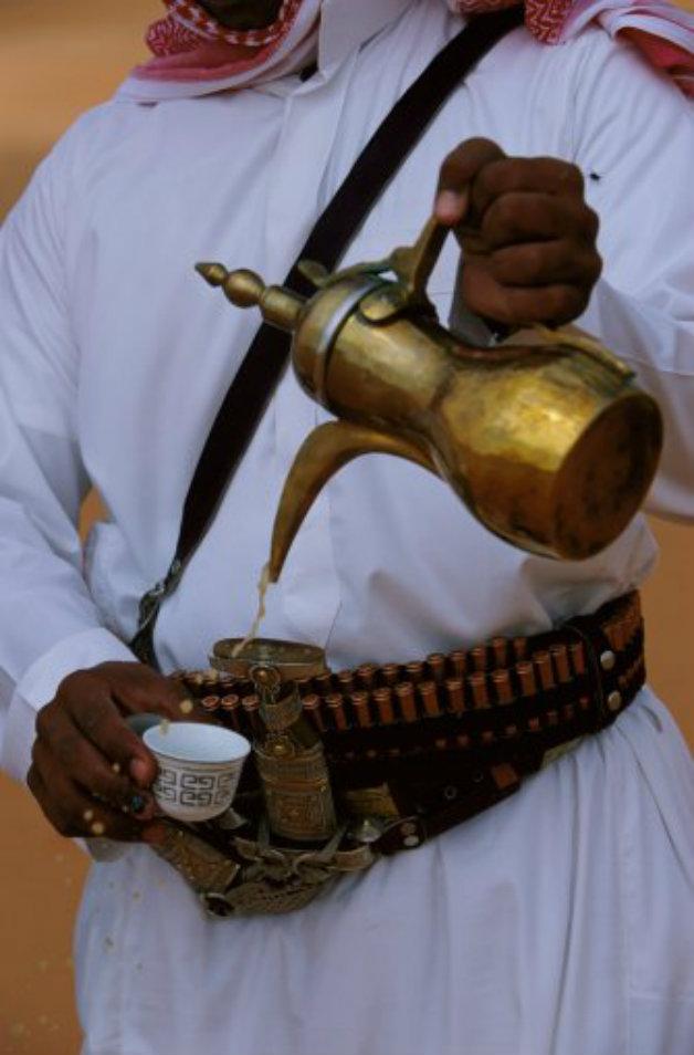 Бедуин налива кафе